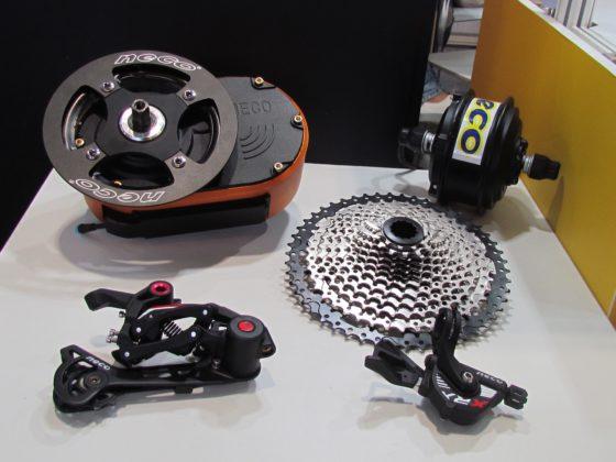 (圖二)台灣知名零部件製造商轉為電動自行車零件製造商,像是NECO展出兩款中置馬達及傳動部件。